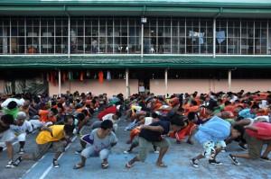 DIRTY DANCING. Nel carcere provinciale di Cebu, nelle Filippine, ogni quarto sabato del mese succede qualcosa di straordinario: i cancelli si aprono, centinaia di persone vengono fatte entrare nel cortile, e qui passano il pomeriggio assistendo allo spett